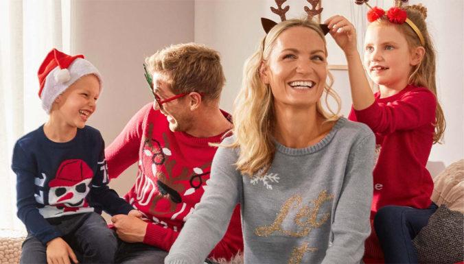 Familie in Weihnachtsmode