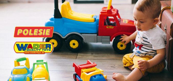 Kind spielt mit Spielzeug