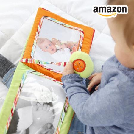 Kleinkind mit Fotobuch