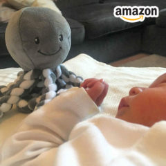 Baby mit Oktopus Kuscheltier