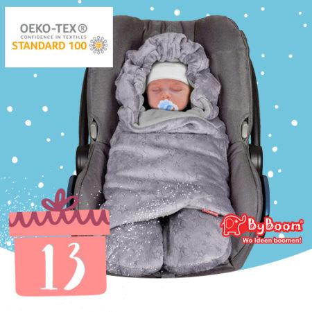 Baby in Einschlagdecke in Babyschale