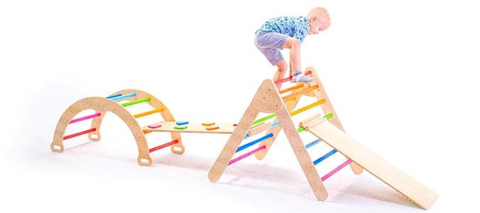 Kleinkind klettert auf Klettermöbeln