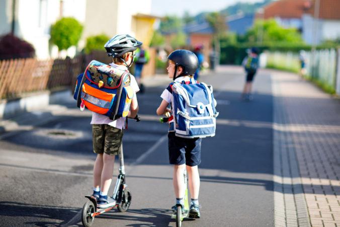 Schulkinder auf Cityrollern