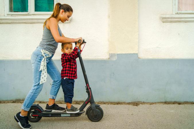 Mama und Kind auf E-Roller