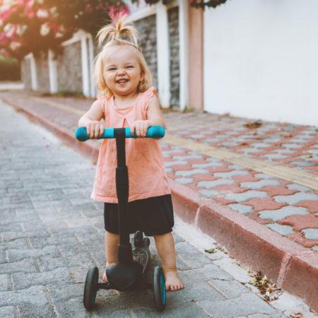 Kleines Mädchen auf Cityroller