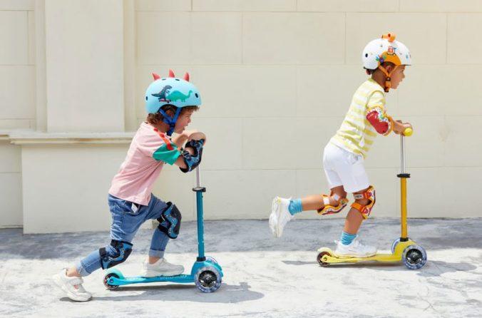Kleine Kinder auf Cityroller