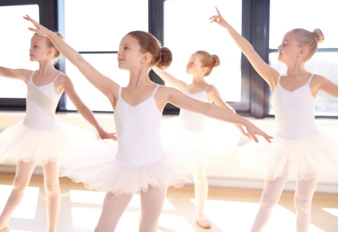 Junge Mädchen tanzen Ballett