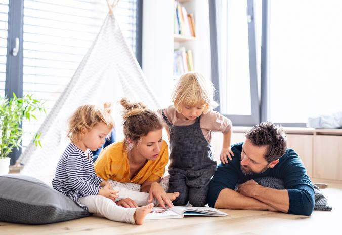 Junge Familie liest zusammen