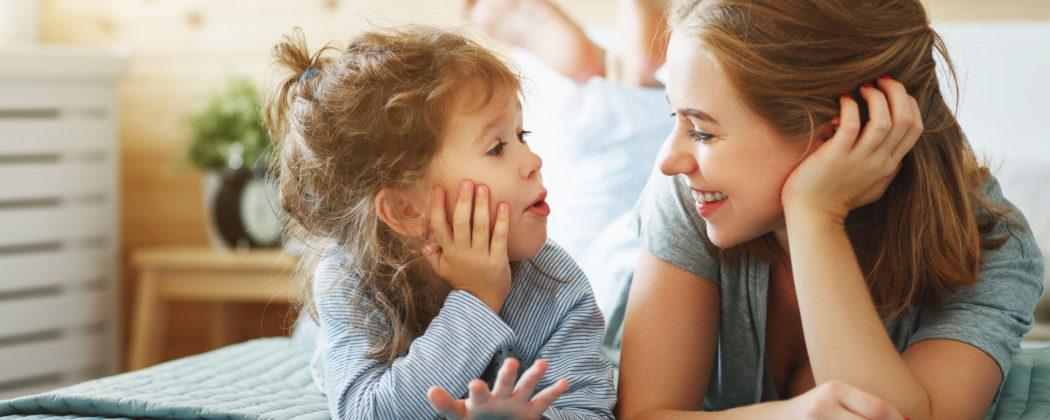 """Banner: Warum Sätze wie """"Wie war's in der KiTa?"""" nichts bringen: 7 Tipps, wie du dein Kind zum Erzählen bringst"""