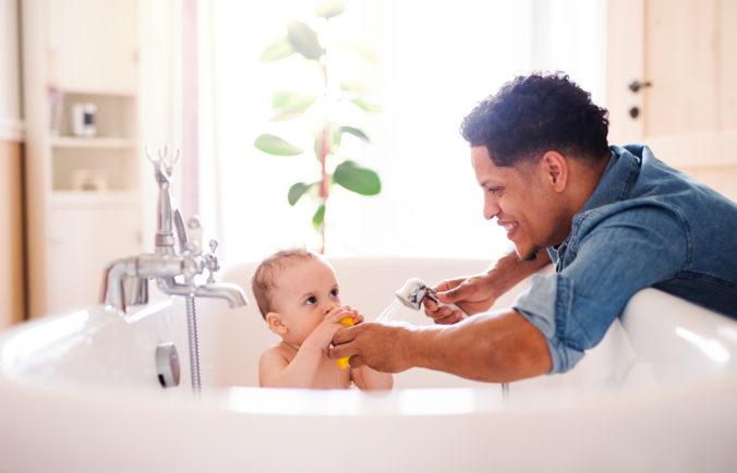 Papa badet Kind