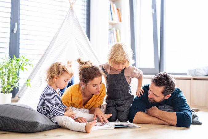 Familie liest zusammen