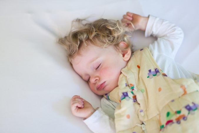 Kleinkind in Schlafsack