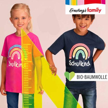 """Kinder mit T-Shirts mit der Aufschrift """"Schulkind"""""""