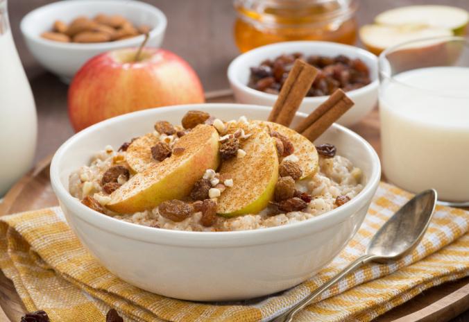 Fühstückstisch: Porridge mit Apfel und Zimt