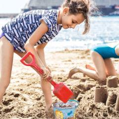 Kind baut Burg am Strand